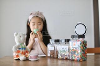 テーブルに座っている小さな女の子の写真・画像素材[2868331]