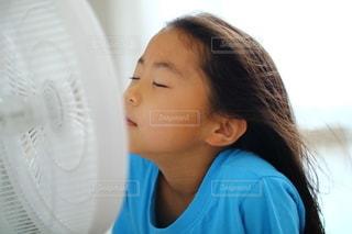 青いシャツを着た女の子の写真・画像素材[3444655]