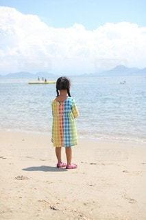 海辺に立っている少女の写真・画像素材[3571685]