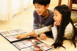 アルバムを見る子どもたちの写真・画像素材[3821338]