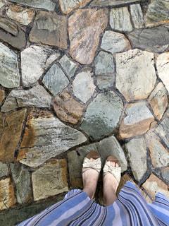 雨,サンダル,足,濡れる,スカート,地面,梅雨,天気,雨の日,色白,ボディーパーツ,濡