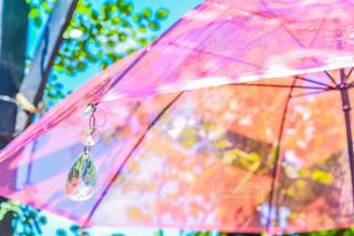 カラフルな傘を持つ人の写真・画像素材[2221149]