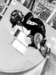 スケートボードでトリックをしている人の写真・画像素材[2181205]