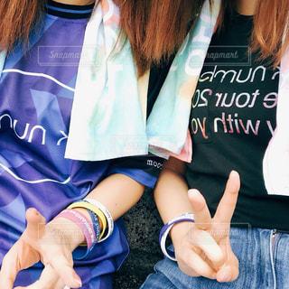青いシャツの女の子の写真・画像素材[2179050]