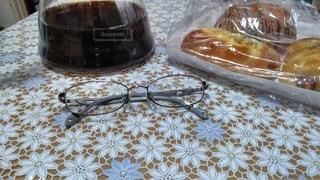 男性,家族,ファッション,食べ物,コーヒー,アクセサリー,屋内,サングラス,パン,眼鏡,ゴーグル,たくさん,メガネ