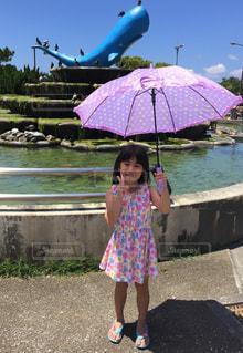ピンクの傘を持った小さな女の子の写真・画像素材[2185004]