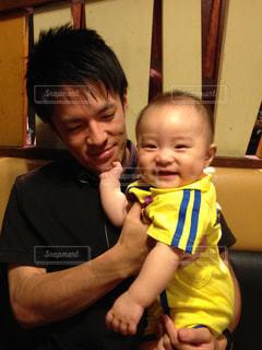子ども,屋内,かわいい,笑顔,赤ちゃん,幼児,パパのお顔が気になる年頃