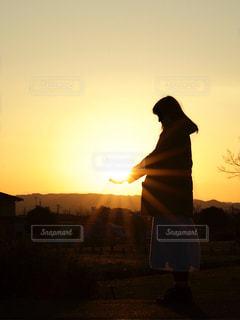 夕陽シルエットの写真・画像素材[2681724]