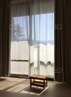大きな窓のあるリビングルームの眺めの写真・画像素材[2181311]