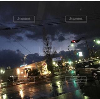 夜の交通信号の写真・画像素材[2181723]