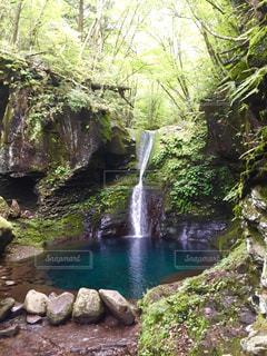 水域の上の大きな滝の写真・画像素材[2214693]