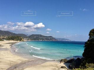 伊豆へのドライブの途中…白い砂浜と青い海の写真・画像素材[2333203]