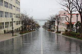 友だち,空,建物,雨,屋外,水面,北海道,家,樹木,都会,道,旅行,歩道,梅雨,天気,通り,函館,一本道,運河,GW,雨の日,日中,ウェット