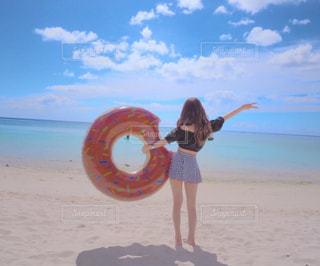 浜辺で浮き輪を持つ女性の写真・画像素材[2331043]