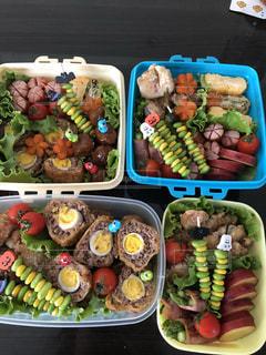 異なる種類の食べ物で満たされた箱の写真・画像素材[2500521]