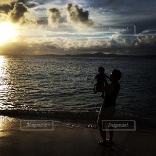 ボクとパパと海と夕日の写真・画像素材[2187575]