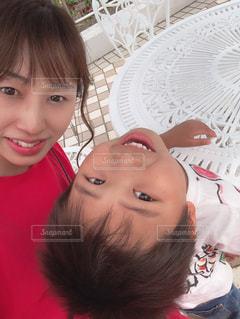 カメラに微笑む小さな女の子の写真・画像素材[2372468]