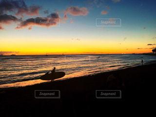 水の体に沈む夕日の写真・画像素材[2188167]
