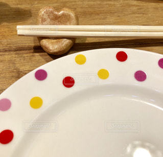 ピンク,赤,カラフル,黄色,景色,テーブル,ハート,お店,木製,飲食店,水玉,箸,箸置き,お皿