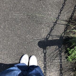 靴,緑,白,足,青,ジーンズ,散歩,道路,影,草,道端,歩道,道ばた,お散歩,アスファルト,日陰
