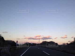 夕焼けのある高速道路の写真・画像素材[2412265]