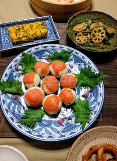 サーモンの手まり寿司の写真・画像素材[2393137]