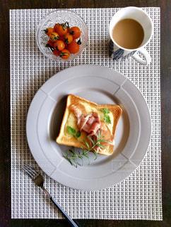 朝はトーストとコーヒーが定番の写真・画像素材[2483470]