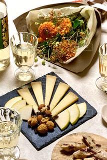 花束とチーズとワインの写真・画像素材[3085615]