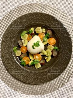 フルーツとチーズのサラダの写真・画像素材[3147522]