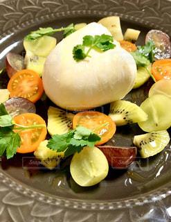フルーツとチーズのサラダの写真・画像素材[3147568]