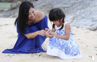 砂浜に立つ女性の写真・画像素材[2366060]