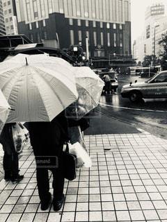 雨の中、待つタクシーの列の写真・画像素材[2190754]