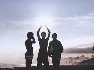 砂浜の上に立っている人々のグループの写真・画像素材[2190075]