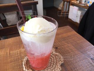可愛いカフェでイチゴソーダクリームの写真・画像素材[2254202]
