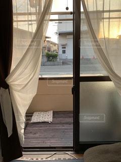 大きな窓のあるベッドルームの写真・画像素材[2193478]
