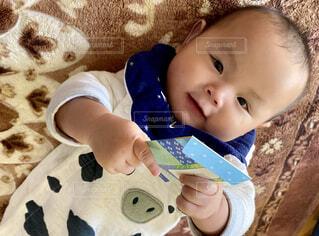 お年玉もらった赤ちゃんの写真・画像素材[4055973]