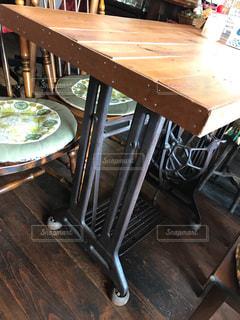 木製のダイニングテーブルの写真・画像素材[2300912]