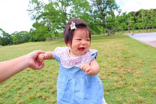 芝生,足,子供,赤ちゃん,つかまり立ち,あんよ,万博,ムチムチ,ヨチヨチ歩き,生後9ヶ月,つたい歩き