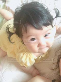 赤ん坊を抱いている小さな女の子の写真・画像素材[2377568]