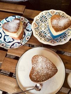 テーブルの上の食べ物の皿の写真・画像素材[2279403]