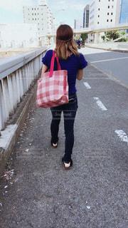 通りを歩いている小さな女の子の写真・画像素材[2262483]