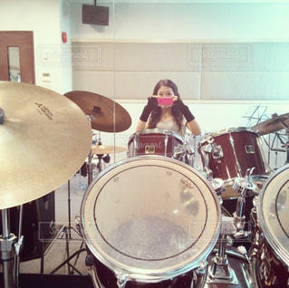 スタジオのドラムセットリハーサルの写真・画像素材[2286171]