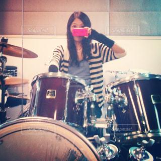 スタジオでドラムのリハーサルの写真・画像素材[2287331]