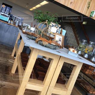 カフェのブッフェテーブルの写真・画像素材[2290009]