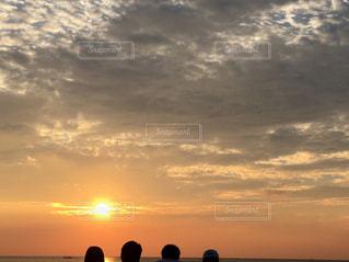 女性,男性,恋人,友だち,空,屋外,太陽,ビーチ,雲,夕暮れ,水面,光