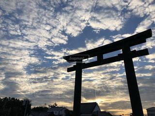 空,夕日,屋外,太陽,神社,雲,鳥居,光,樹木,正月,くもり,眺め