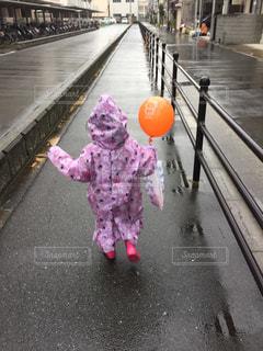 雨,風船,女の子,長靴,梅雨,天気,帰り道,レインコート,雨の日,ウキウキ,雨大好き
