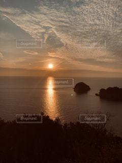 水の体の上の夕日の写真・画像素材[2342786]