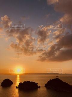 水の体の上の夕日の写真・画像素材[2439236]