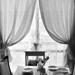 たくさんの家具とシャワーカーテンで覆われたテーブルの写真・画像素材[2209271]